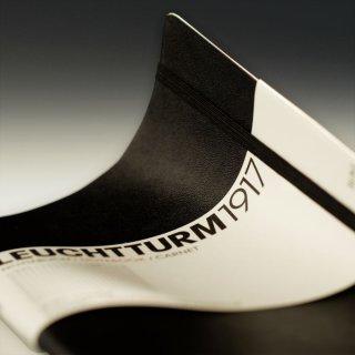 Notizbuch Medium (145 x 210 mm), 121 numerierte Seiten, blanko, Softcover, schwarz